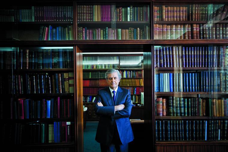 João Lobo Antunes nasceu em Lisboa, em 1944, numa família de médicos