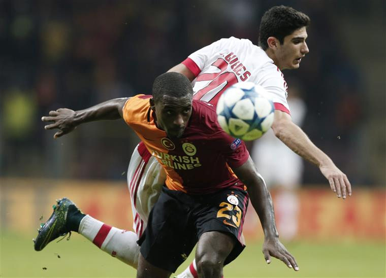 O dia começa bem: 11-1 (sim, onze-um) ao Galatasaray na Youth Cup. À noite, a derrota aos pés de Carole (ex-Benfica) e Cª