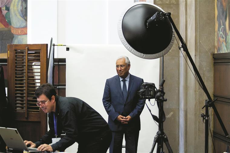 António Costa à espera da fotografia da praxe mas ainda na pose de deputado do PS