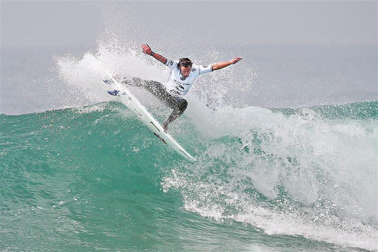 Vasco Ribeiro em plena actuação nas ondas de Peniche