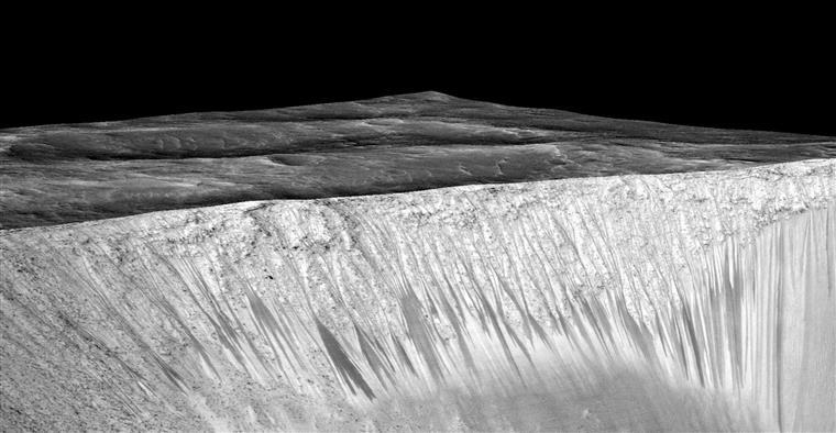 Imagem divulgada pela NASA com a descoberta das estrias onde escorre água salgada nos meses mais quentes do ano