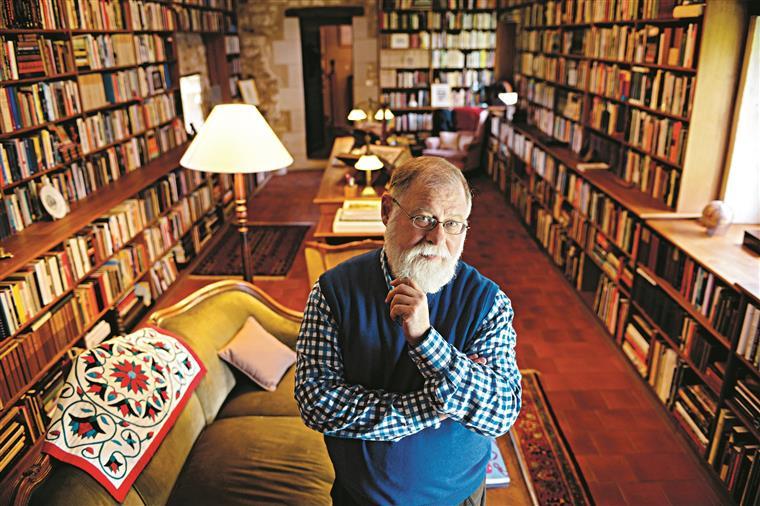 Alberto Manguel na sua famosa biblioteca em Mondion