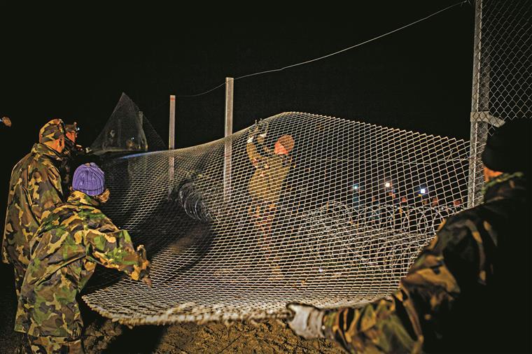 A barreira de 175 km na fronteira com a Sérvia foi concluída em tempo recorde
