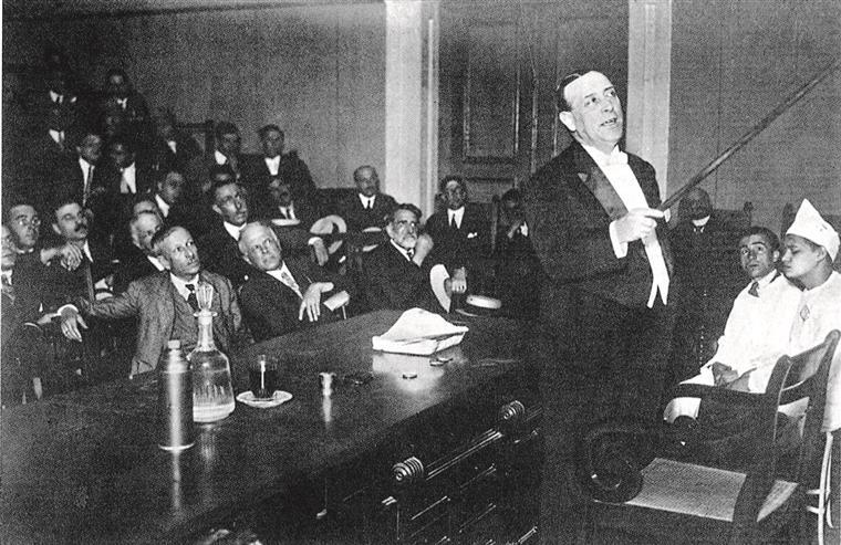 Egas Moniz na apresentação dos resultados da angiografia e, em baixo, na despedida de Santa Marta, em 1944