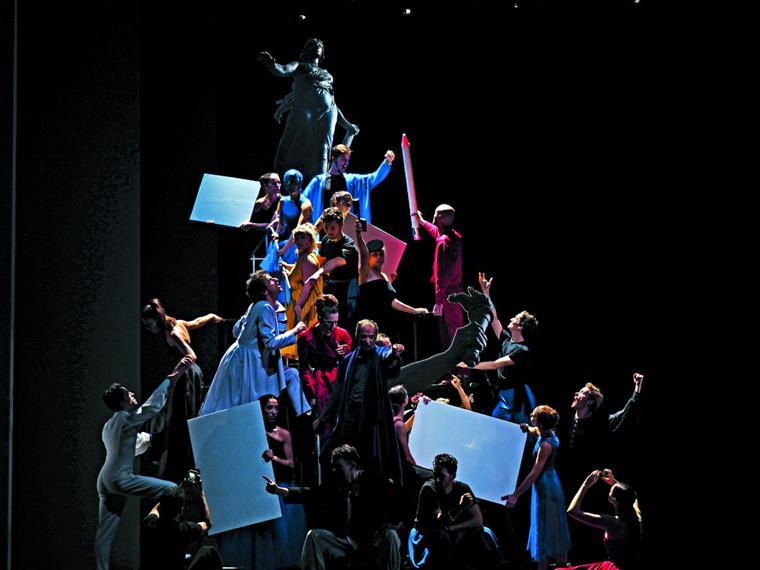 As várias artes de palco cruzam-se neste espectáculo ditado pelos aplausos