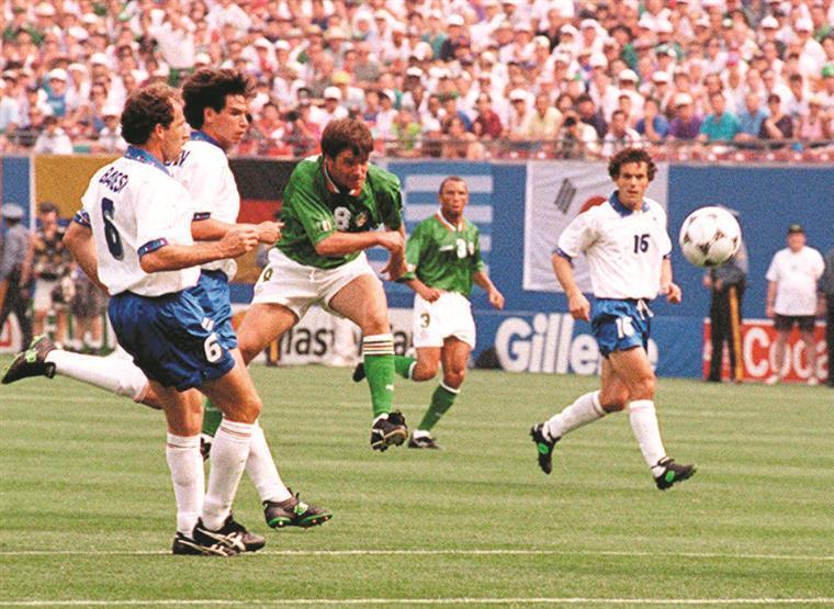 Baresi e Albertini assistiram da primeira fila ao chapéu de Houghton a Pagliuca com o pé esquerdo