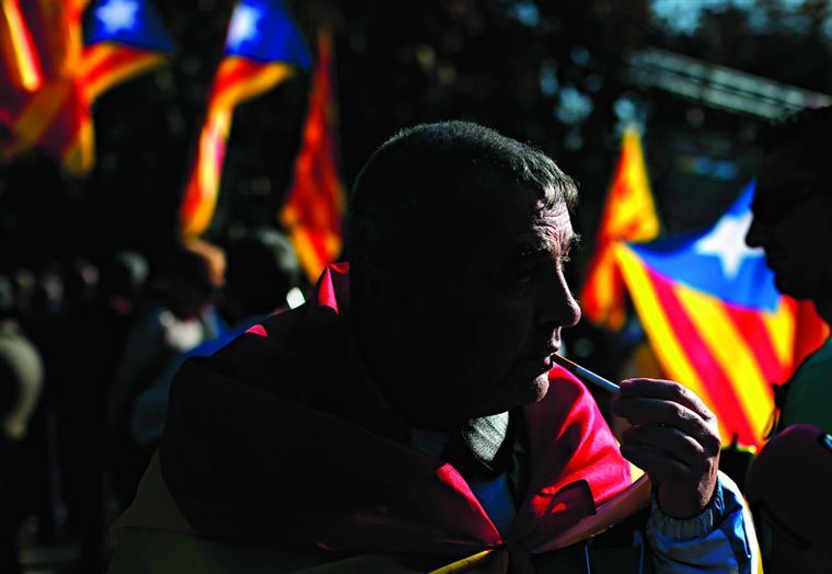 Constituição pós-franquista de 1978 não só não possibilita a independência de qualquer região como prevê a suspensão da sua autonomia caso atente contra a unidade de Espanha