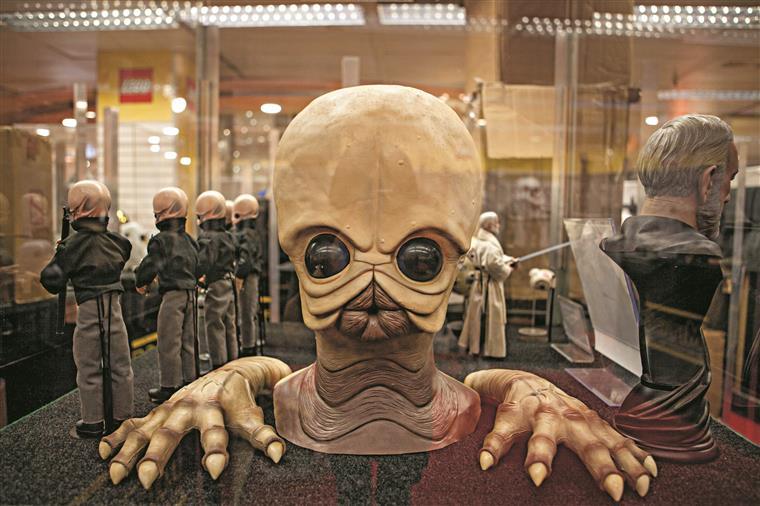 Modal Nodes. É esta a banda que actua ao vivo na cantina de Mos Eisley, o tal sítio onde Luke Skywalker encontra Han Solo pela primeira vez e o convence a fazer a viagem até Alderaan. Esta é a máscara de um desses músicos