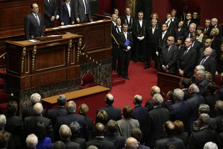 Em Versalhes, fez-se um minuto de silêncio pelas vítimas dos atentados