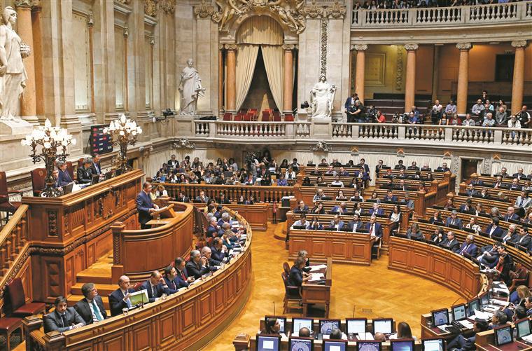 Nas galerias, a assistir ao momento, esteve o embaixador de França em Portugal, que o plenário aplaudiu de pé num gesto de solidariedade