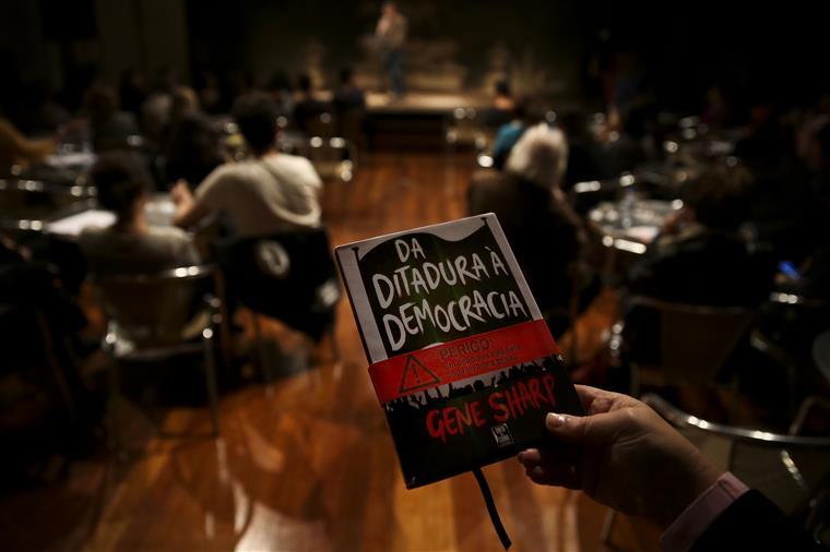 Jornalista segura no livro que levou à prisão dos activistas, numa leitura pública em Lisboa