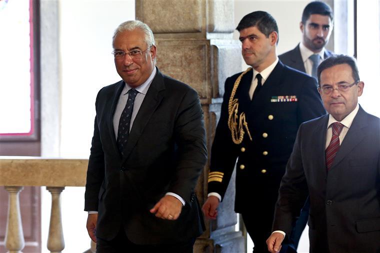 """António Costa passou pela sala onde aguardavam os jornalistas às 11:33, dizendo apenas """"bom dia"""""""