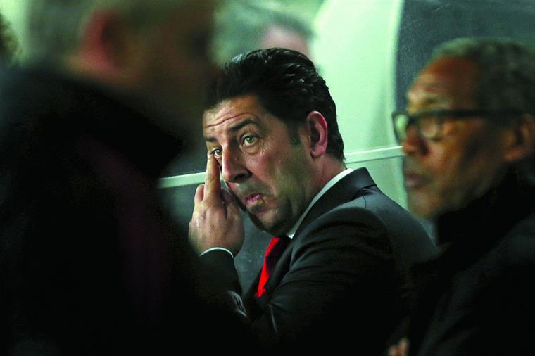 Vitória fez o choradinho da arbitragem mas as três derrotas com o Sporting não estão a ajudar a época de estreia no Benfica