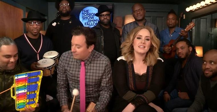 "Adele canta ao som de ""The Roots"""