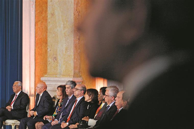 O primeiro-ministro tomou posse antes dos 17 ministros e  dos 40 secretários de Estado (o 41.º estava fora do país)