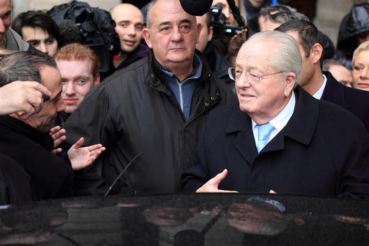 Jean-Marie Le Pen nega deter qualquer fundo no estrangeiro