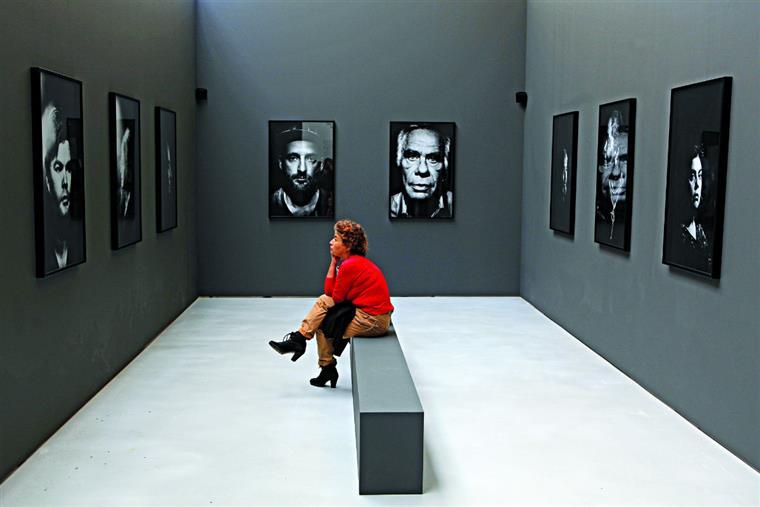 Os rostos fotografados por Bruno Simões Castanheira cruzam diferentes gerações, a que viveu o fim das colónias e a que já não as conheceu