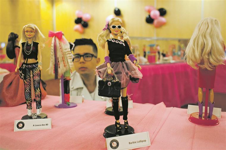 Os participantes vestiram as suas próprias Barbies com roupas e jóias da sua autoria