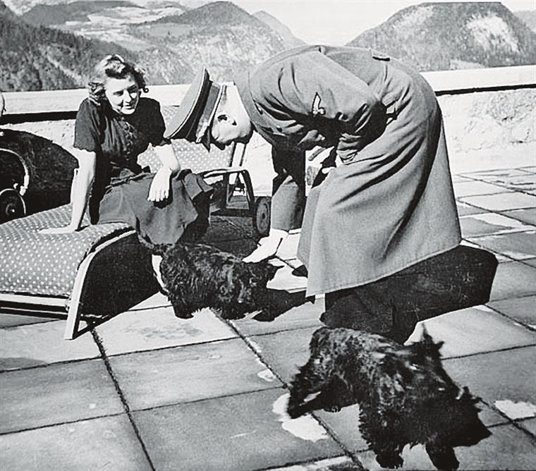 Eva Braun e Adolf Hitler. A cadela Blondi serviria de cobaia com cianeto