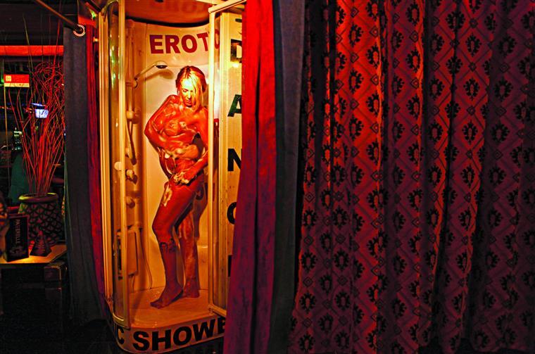 Em Portugal, não é considerado crime quem se prostitui, mas a actividade não se encontra regulamentada