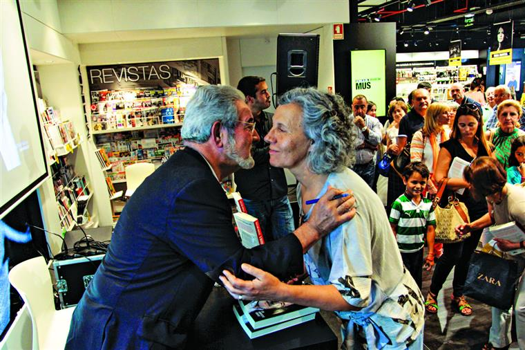 Isaltino a dar autógrafos (e beijinhos) aos fãs, em Oeiras