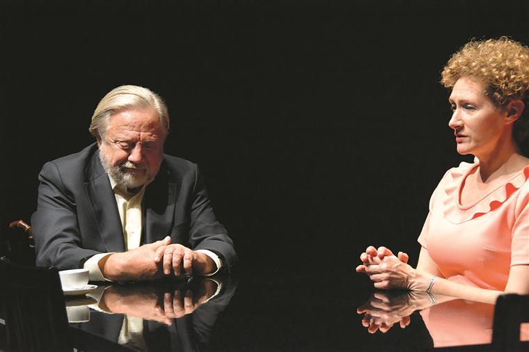 Henrique (João Perry) ao lado da mulher, Regina (Luísa Cruz).
