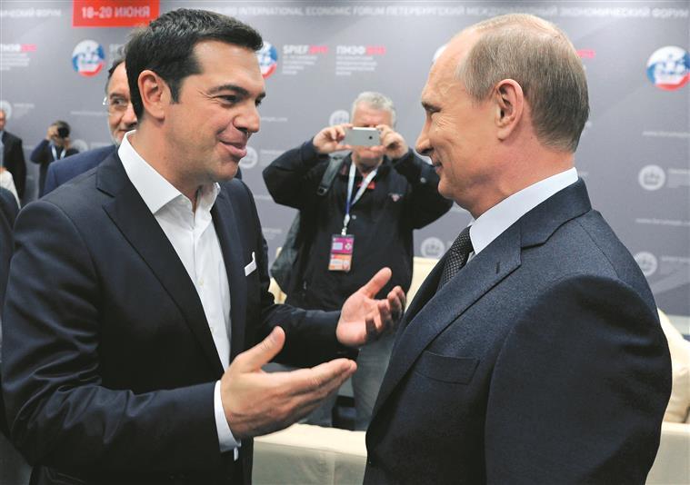 Em plena crise com os credores, Tsipras (esq.) foi a Sampetersburgo encontrar-se com Vladimir Putin