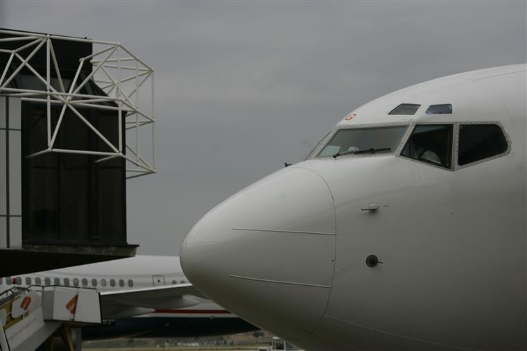 Os lugares situados no meio do avião estão conotados como os mais mortais.
