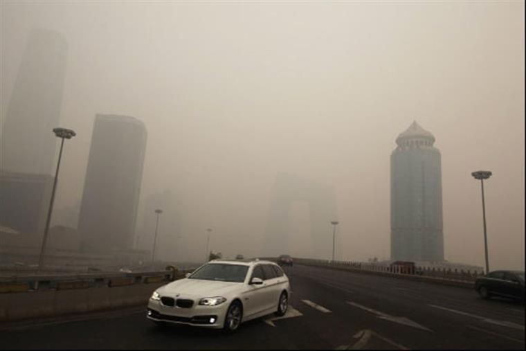 A densidade média de partículas PM2.5 diminuiu 16% num ano
