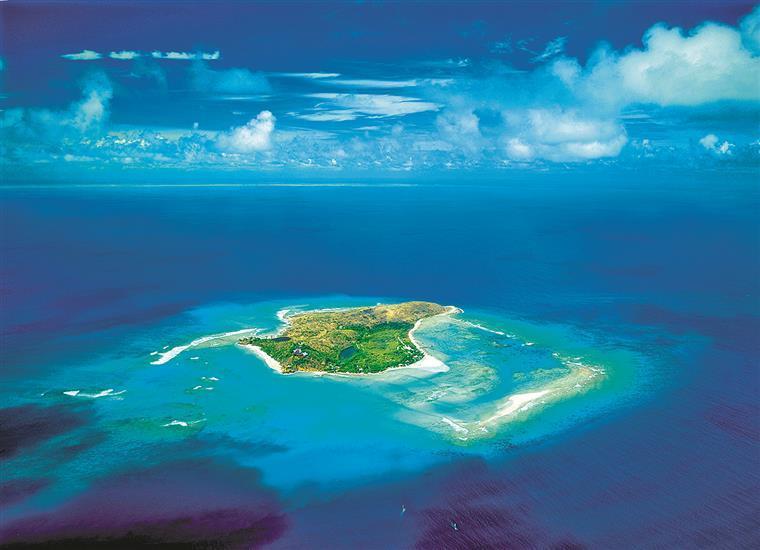 Richard Branson cobra 1800 euros de estadia por noite na sua ilha, onde é possível alugar um catamarã ou... um submarino