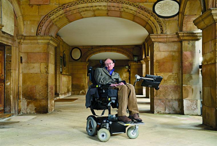 """Hawking já tinha declarado que isto pode """"ditar o fim da raça humana"""""""