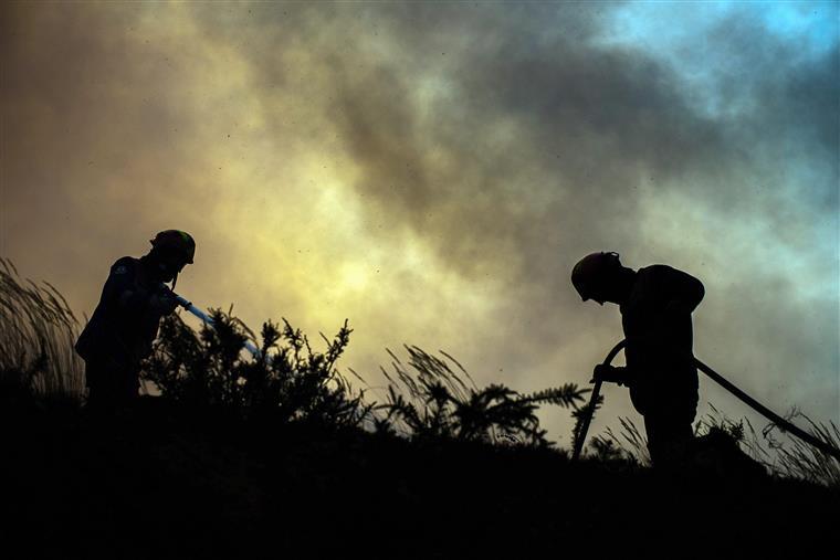 Combate ao fogo apoiado por 126 meios terrestres