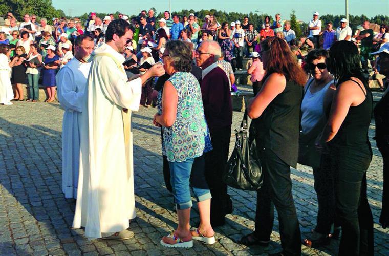Roberto Carlos distribuiu a comunhão pelos cerca de 300 fiéis presentes