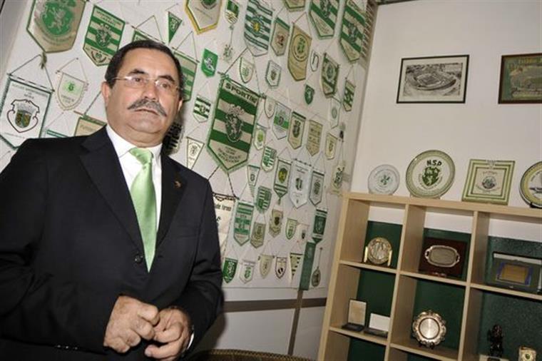 Jorge Gonçalves rodeado de verde, como se impõe a um leão de verdade