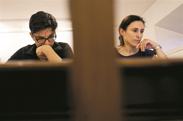 Na sala da direcção artística, Tiago e Magda acertam a vida da companhia para os próximos anos