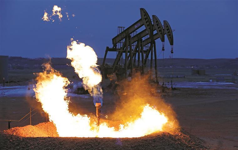 Preço do petróleo caiu mais de 50% em apenas um ano