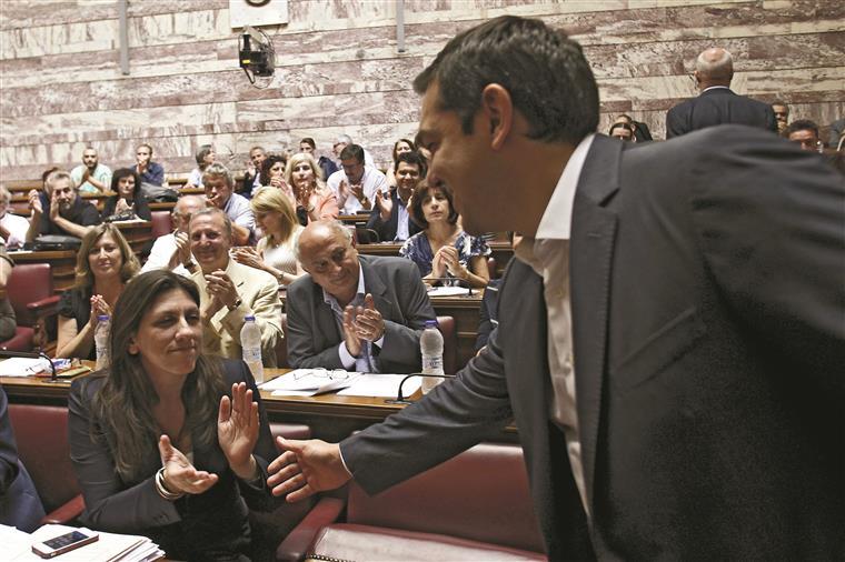 Tsipras enfrenta forte oposição política em Atenas