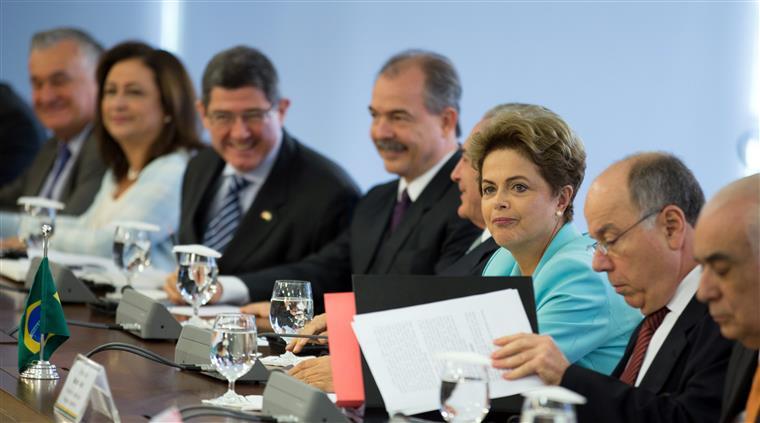 Rousseff, cuja popularidade atinge mínimos históricos, enfrenta uma grave crise política