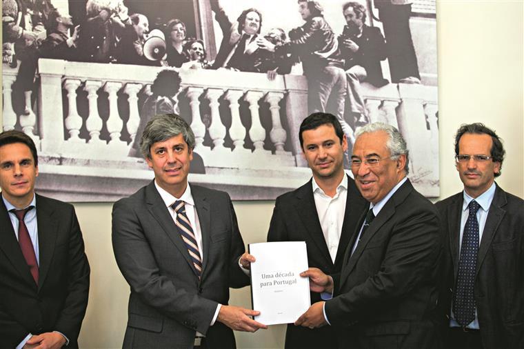 Paulo Trigo Pereira (à direita) com António Costa na apresentação do plano económico