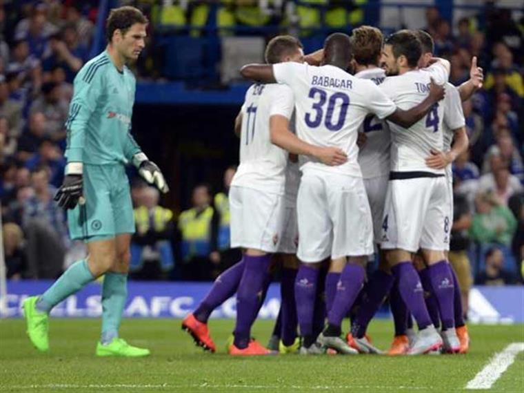Fiorentina festeja golo solitário em Stamford Bridge: 1-0 a Mourinho