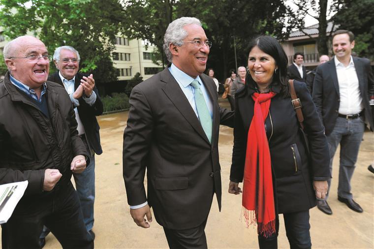 António Costa com a mulher nas eleições primárias do PS