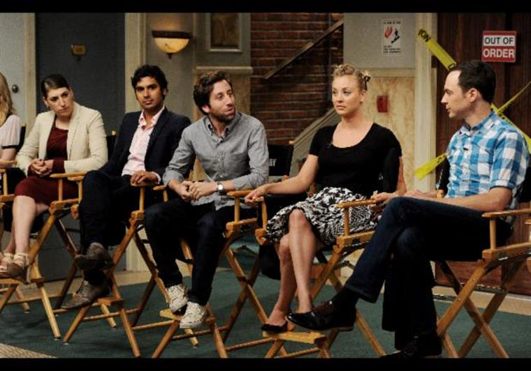 Ei-la, Kaley Cuoco-Sweeting entre o elenco do Big Bang Theory