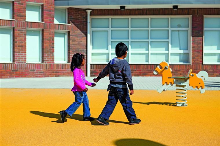 As crianças têm medo dos estranhos e os pais dos atropelamentos