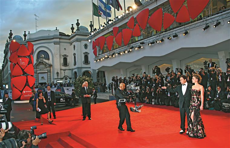 Johnny Depp e a mulher, Amber Heard, a atracção principal da passadeira vermelha. Até houve quem acampasse ali só para vislumbrar uma mão a acenar