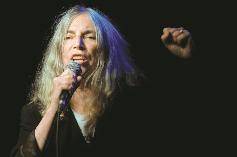 Patti Smith podia pintar o cabelo mas prefere ser como é