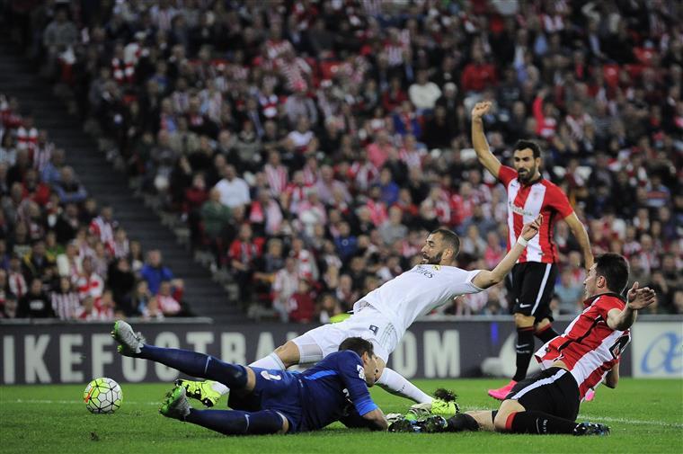 Um erro do guarda-redes e pimba, Benzema não perdoa