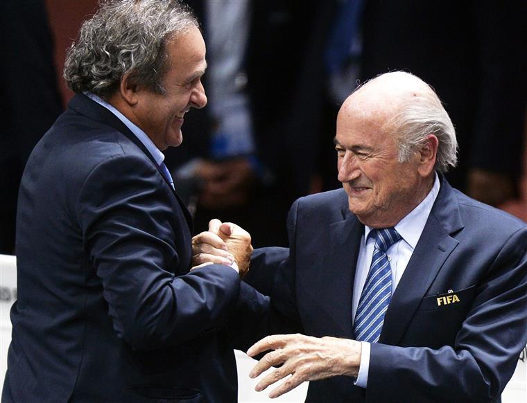 """Fonte da FIFA disse que se Blatter não abandonar o cardo de imediato """"será suspenso dentro de poucos dias"""""""