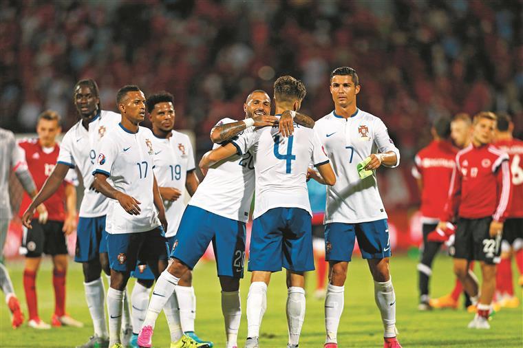 Fazem fila para agradecer o golo de Miguel Veloso