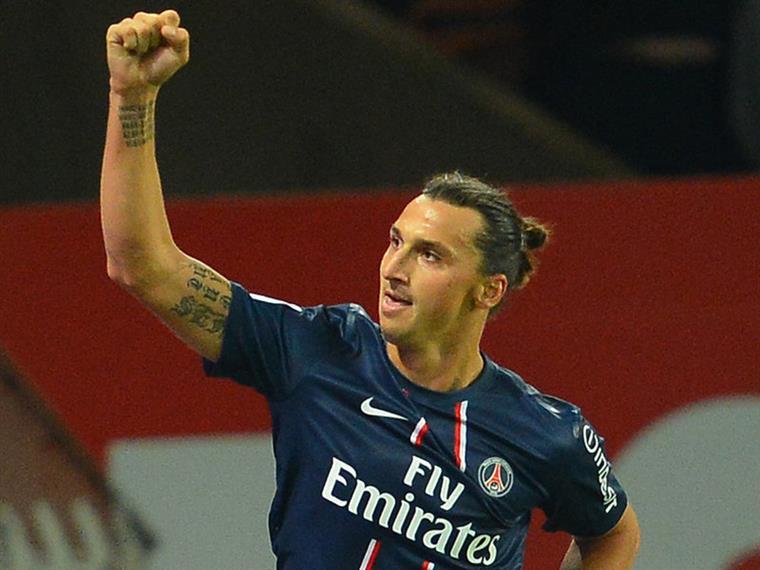 Zlatan ergue o braço em sinal de victoire, allez allez PSG