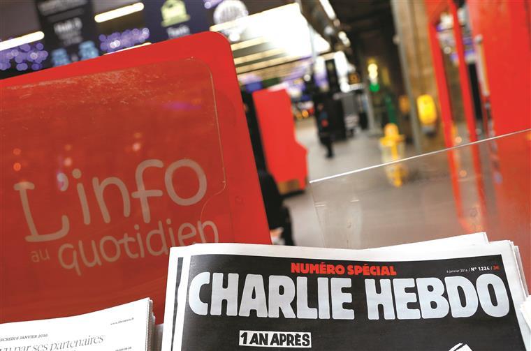 Saída do jornal satírico na redação em Paris. O número de homenagem tem uma tiragem superior   a um milhão de exemplares